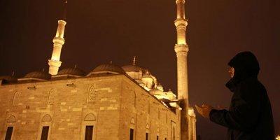 Minarelerden okunan Münacat milyonlara manevi kuvvet verdi
